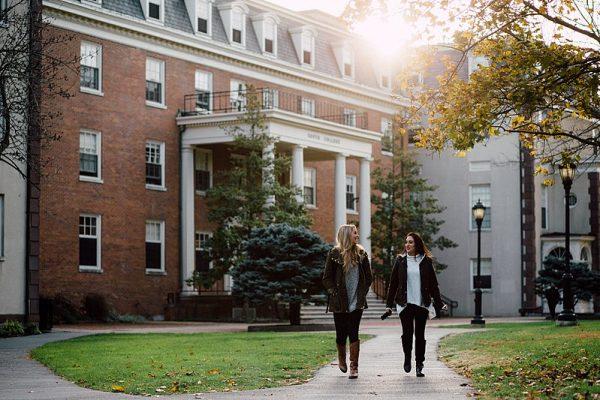 Estudiantes frente a su residencia