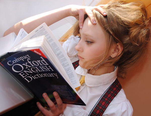 Chica estudiando inglés